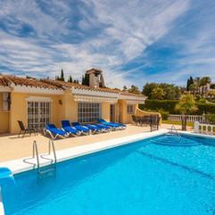 swimming-pool-2366277_1280.jpg