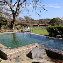 swimming-pool-857179_1280.jpg