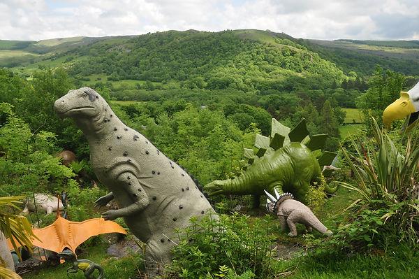 Dinosaur_sculptures_at_Dan_yr_Ogof_(9125