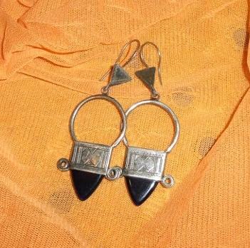 particolare orecchini tuareg con pietra.jpg