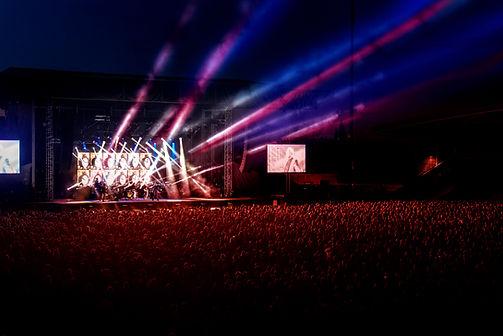 在演唱會舞台燈光