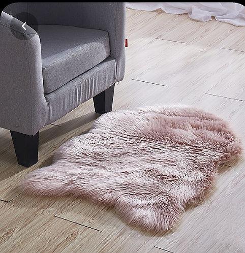 שטיח אמורפי דמוי פרווה ורוד מעושן