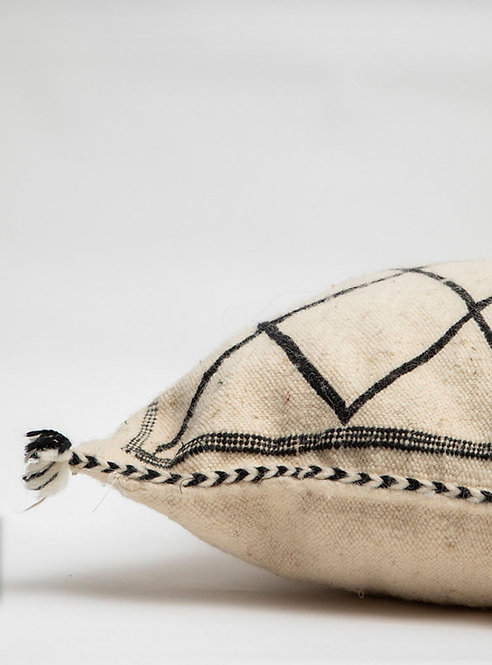 כרית עשויה שטיח בעבודת יד