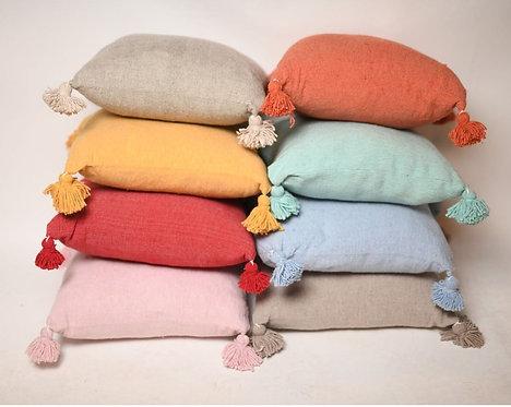 כרית פונפונים במגוון צבעים