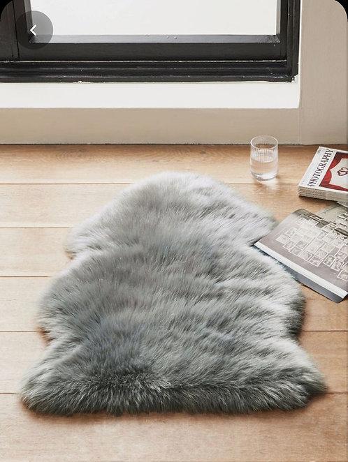 שטיח אמורפי דמוי פרווה אפור