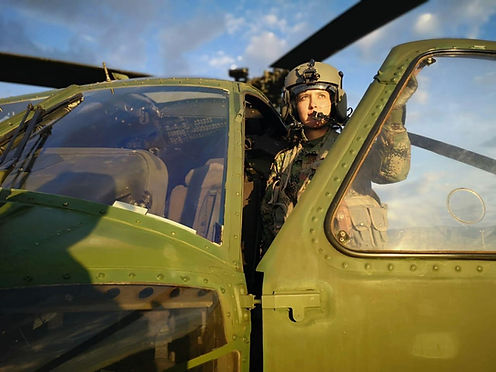 Volar un helicóptero Black Hawk no distingue el género
