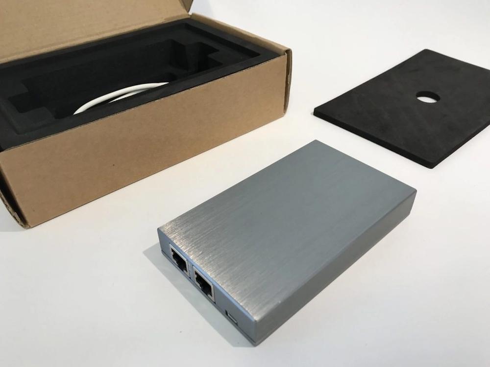 Prototyper av emballasje laserskjæres og digitaltrykes. Innermballasje maskineres i EVA skumplast