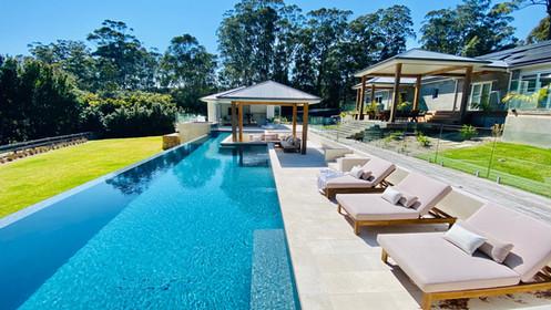 Resort style wet edge pool