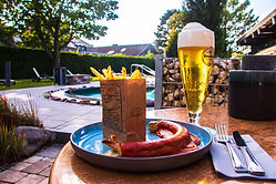 Currywurst und Pommes mit Bier in der Albtherme Waldbronn