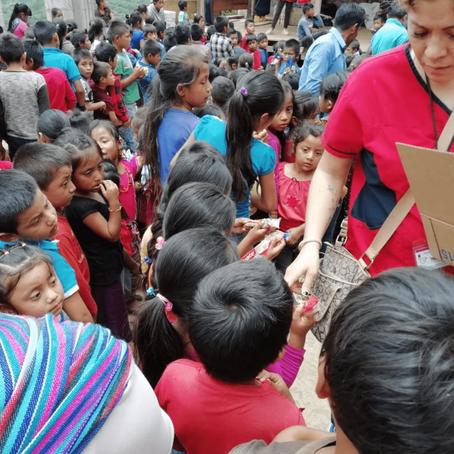 Entrega de kits bucodentales a los habitantes del municipio de Pantelhó, Chiapas.