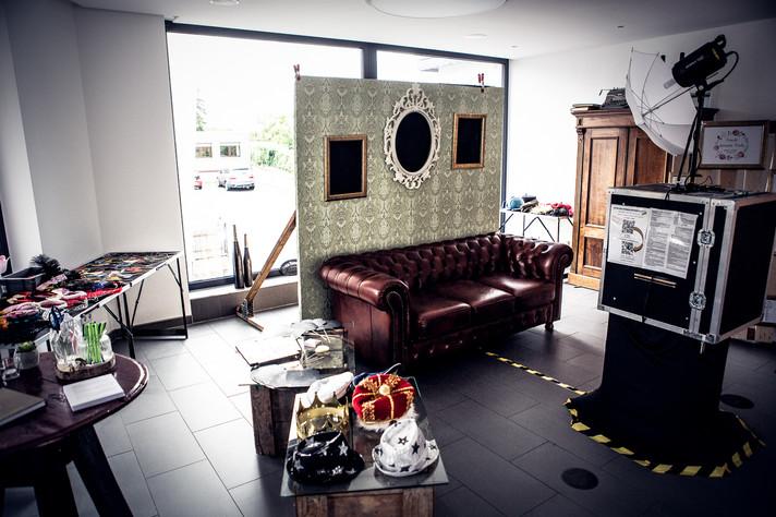 Fotobox mit Couch und Rückwand