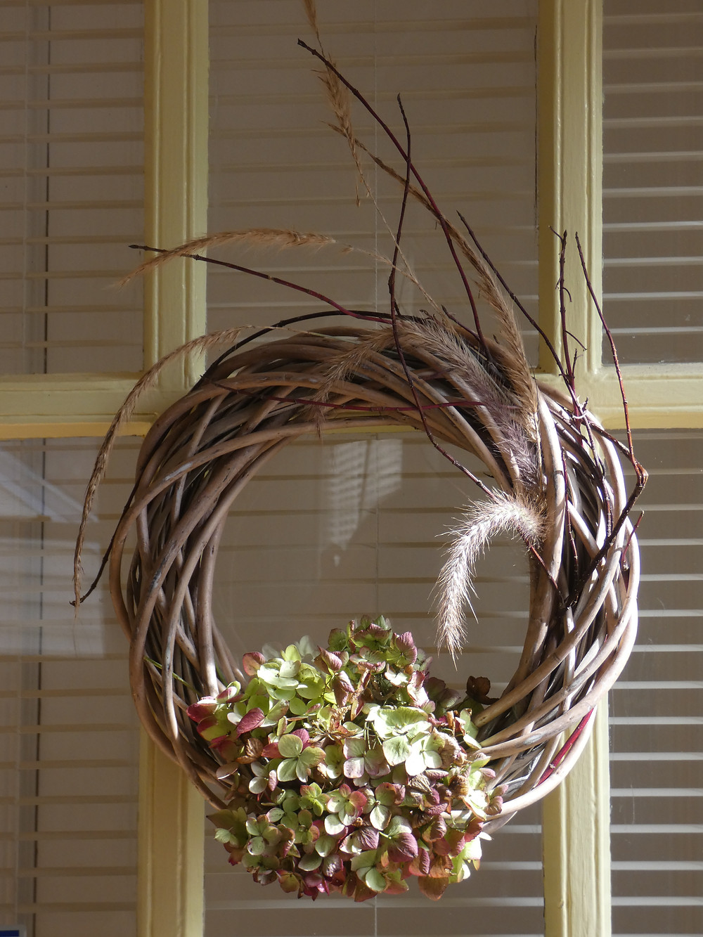 "Wreath with hydrangea blossoms, red twig dogwood and pennisetum ""Fireworks"""