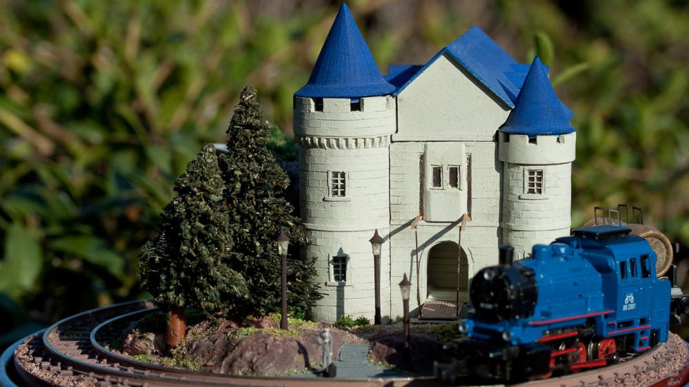 丸缶城と列車