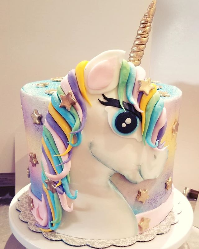 Unicorn cake with 3D unicorn and rainbow