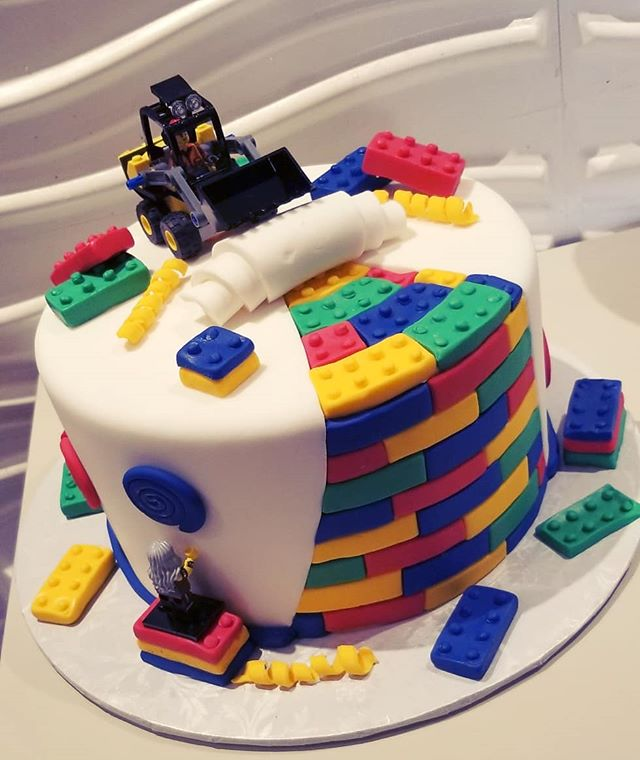 Definitely had fun with this #lego cake.