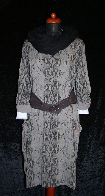 Graues Kleid mit Schlangenmuster