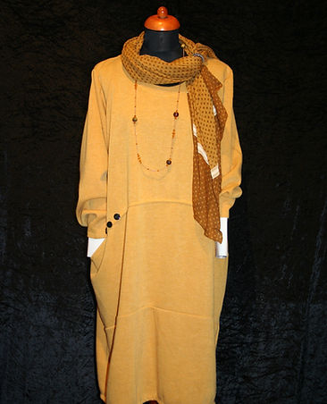 Senfgelbes Kleid, Bekleidung
