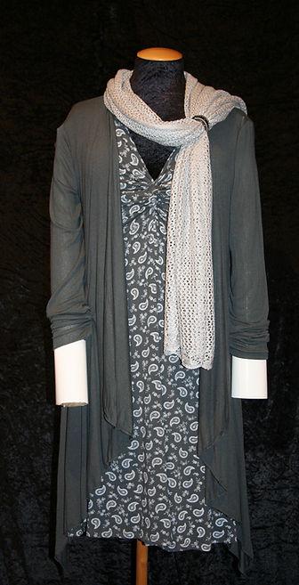 Graues kurzarm (Knoten-) Kleid mit Paisleymuster und grauer Cardigan