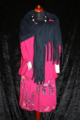 Pinker Cord-Rock, pinker Pullover und blauer Schal