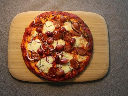 Домашна Пица с чоризо, червено грозде и пресен розмарин 🍕