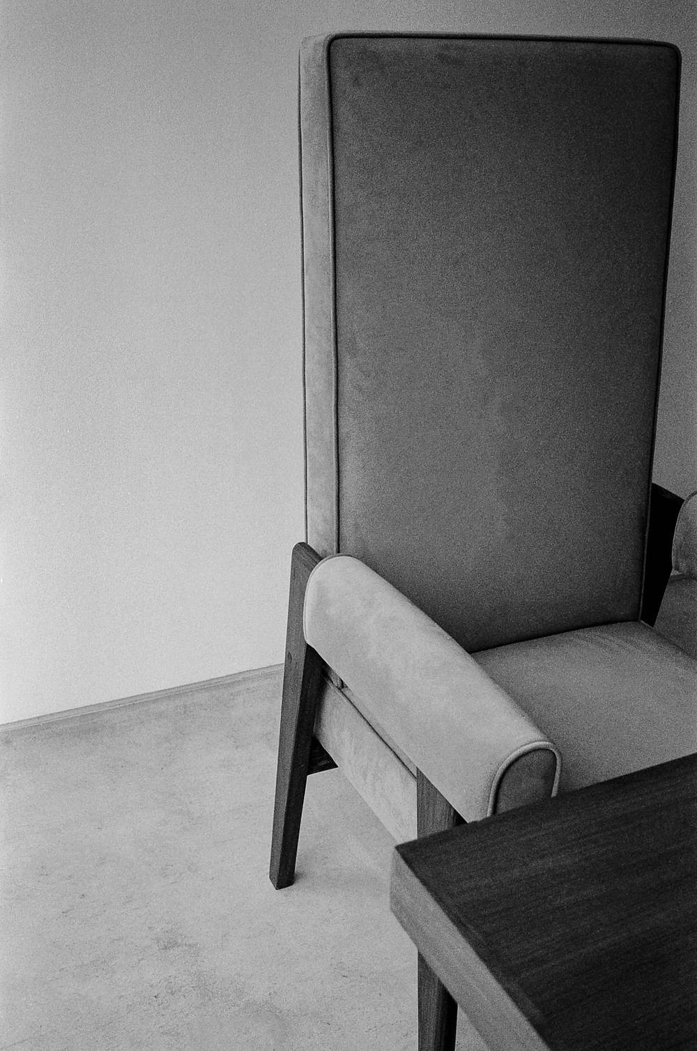 Black and white film photography - lounge chair from Le Corbusier exhibition
