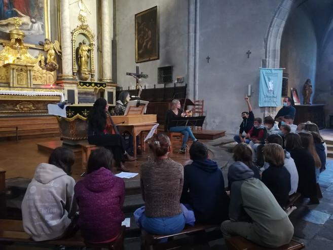 action pédagogique 2 dans l'église.jpg