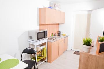 Wohnraum und Küche im Students-Lake-House A