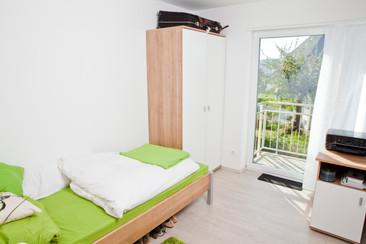 Wohnraum und Balkon im Students-Lake-House B