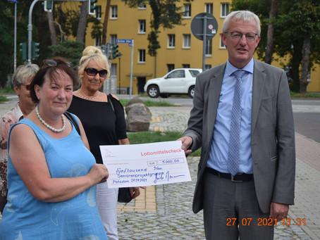 Minister Guido Beermann übergibt Seniorenprojektgruppe Lottogelder für Mitfahrbänke in Zossen