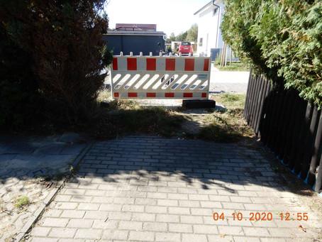 Wie lange sperrt dieser Bauzaun noch den öffentlichen Gehweg ab?!