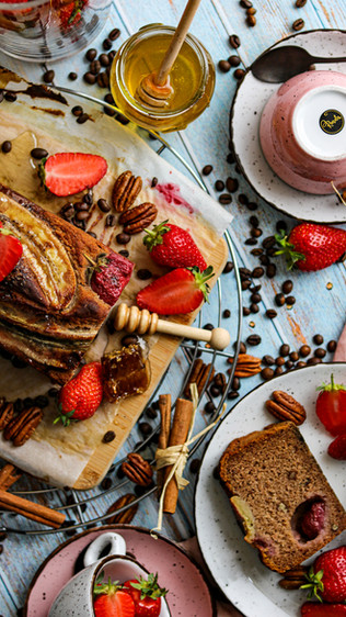 Banana kruh s jagodama i mliječnim kefirom- Banana bread with strawberries and milk kefir