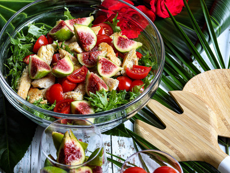 Chicken salad with figs and cherry tomatoes