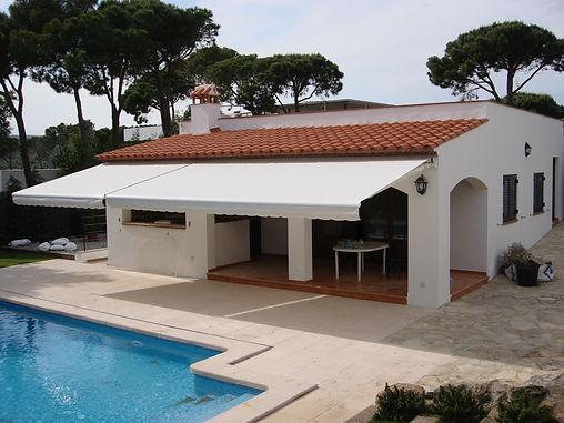 Toldos Sant Cugat Bibasic Monobloc es un sistema ideado para terrazas, dispone de un sistema regulable que nos permite en el momento de la instalación graduar la inclinación del toldo. Recomendado para dimensiones grandes.