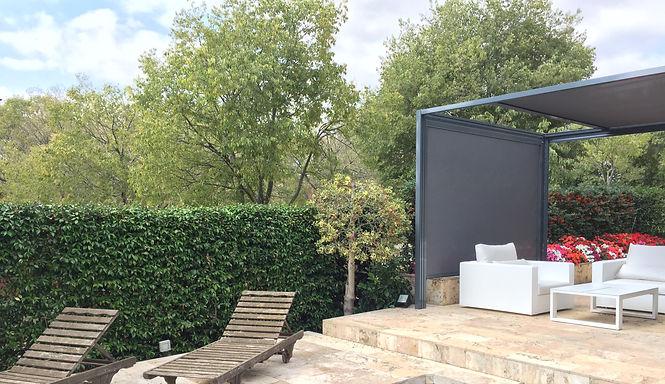Toldos Sant Cugat Pérgola BOX es la solución ideal para disfrutar de su jardín. Gracias a su estructura de aluminio no requiere mantenimiento. Lleva un toldo tensado motorizado protegido con un cajón que da una limpieza visual impresionante.   Dispone de la posibilidad de incorporar iluminación integrada.