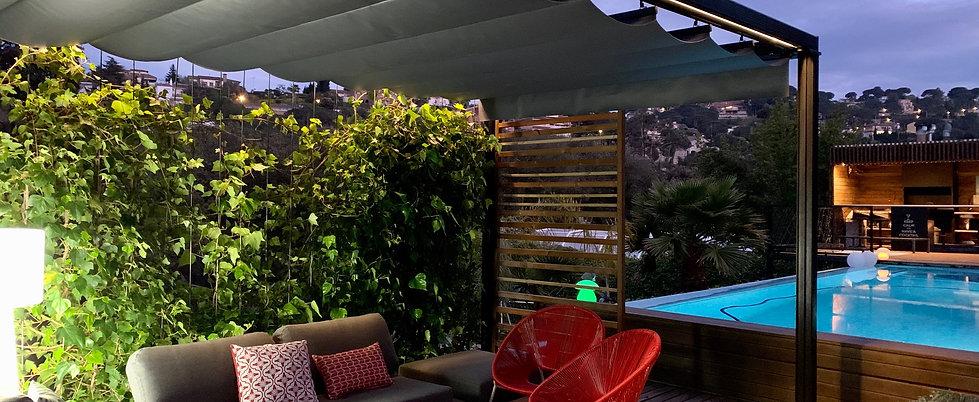 Toldos Sant Cugat Pérgola CUBE es la solución ideal para disfrutar de su jardín. Gracias a su estructura de aluminio no requiere mantenimiento. Dispone de un toldo marino con el que logramos cubrir grandes superficies  de una forma cómoda y segura.   Dispone de la posibilidad de incorporar iluminación integrada y calefacción.