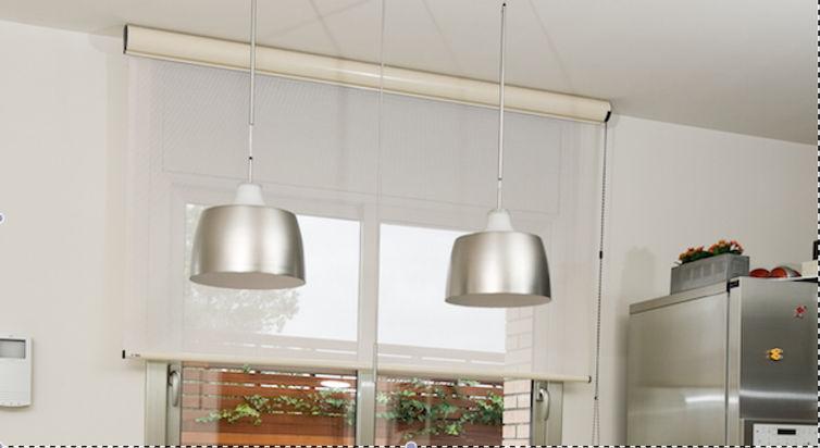 Cortinas Sant Cugat Enrollable BOX  es con su sistema de accionamiento a cadeneta una cortina ideal para para conseguir la máxima integración o lugares como una cocina donde se requiere una protección extra del tejido.  Su tejido screen durante el día permite la entrada de luz