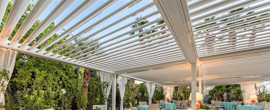 Pérgolas Sant Cugat  Bioclimática dispone de lamas de aluminio orientables que permiten dar sombra y dejar pasar el aire durante el verano mientras que en invierno puede cerrar herméticamente incluso con lluvia.  Se integra perfectamente en la arquitectura más exigente y es un producto tecnológico.