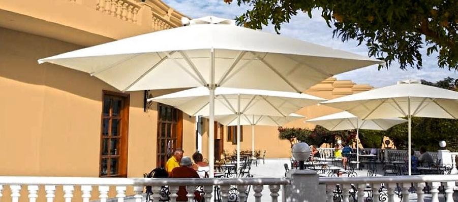 Toldos Sant Cugat Parasol Palma: El parasol Palma dispone de accionamiento a manivela, dada su fabricación puede llegar a unas dimensiones de 4,5x4,5 mts. Su mástil de 90mm garantiza una máxima estabilidad.