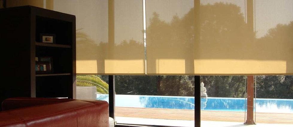 Cortinas Sant Cugat Enrollable 2000 es con su sistema de accionamiento a cadeneta una cortina ideal para todas las situaciones y dimensiones grandes. Su tejido screen durante el día permite la entrada de luz pero nos protegen de las miradas. Limpia, estética y funcional será la compañera perfecta para su casa.