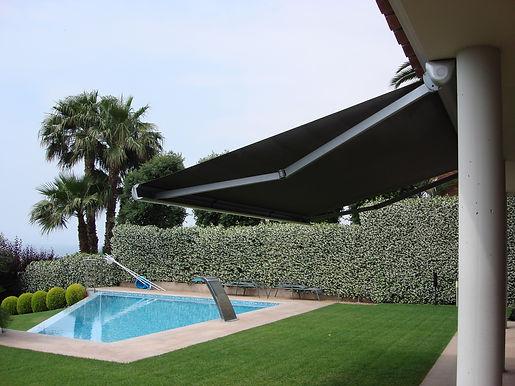 TOLDOS SANT CUGAT Bibox 2000 es un sistema ideado tanto para balcones como para terrazas, dispone de un sistema regulable que nos permite en el momento de la instalación graduar la inclinación del toldo. Recomendado para dimensiones medias y grandes.   Este sistema se denomina autoprotegido