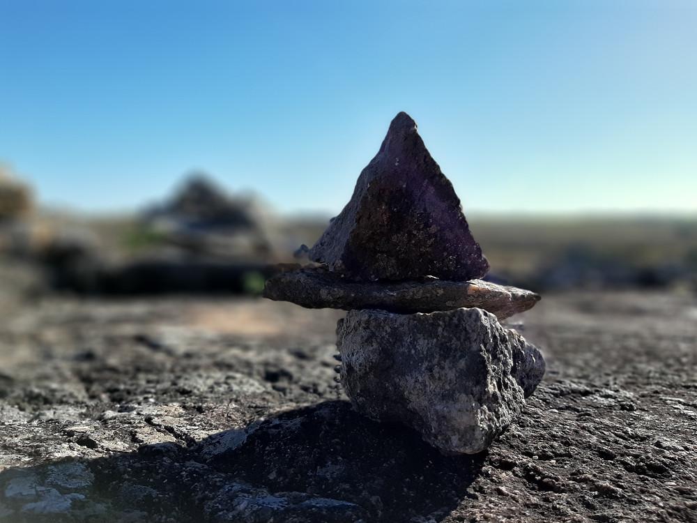Al llegar a este sitio, es frecuente estibar piedras del lugar. Dar significado y energía a tú visita.