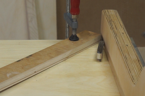 Adjusting the fence position with a feeler gauge