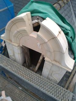Lucarne pierre en cours de restauration