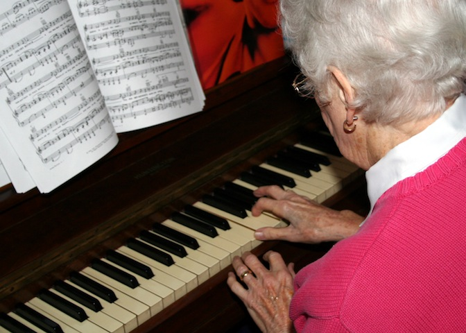 old-woman-playing-piano