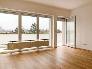 Wohnzimmer mit Balkon.jpg