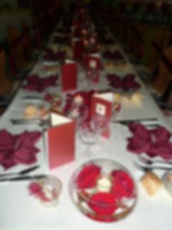 Table-mariage-serviette-menu-bordeaux-ivoire
