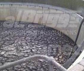 Remoção de lodo seco em tanque de estação de tratamento de esgoto