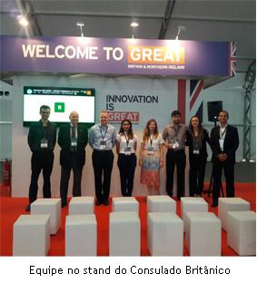 Equipe no stand do Consulado Britânico