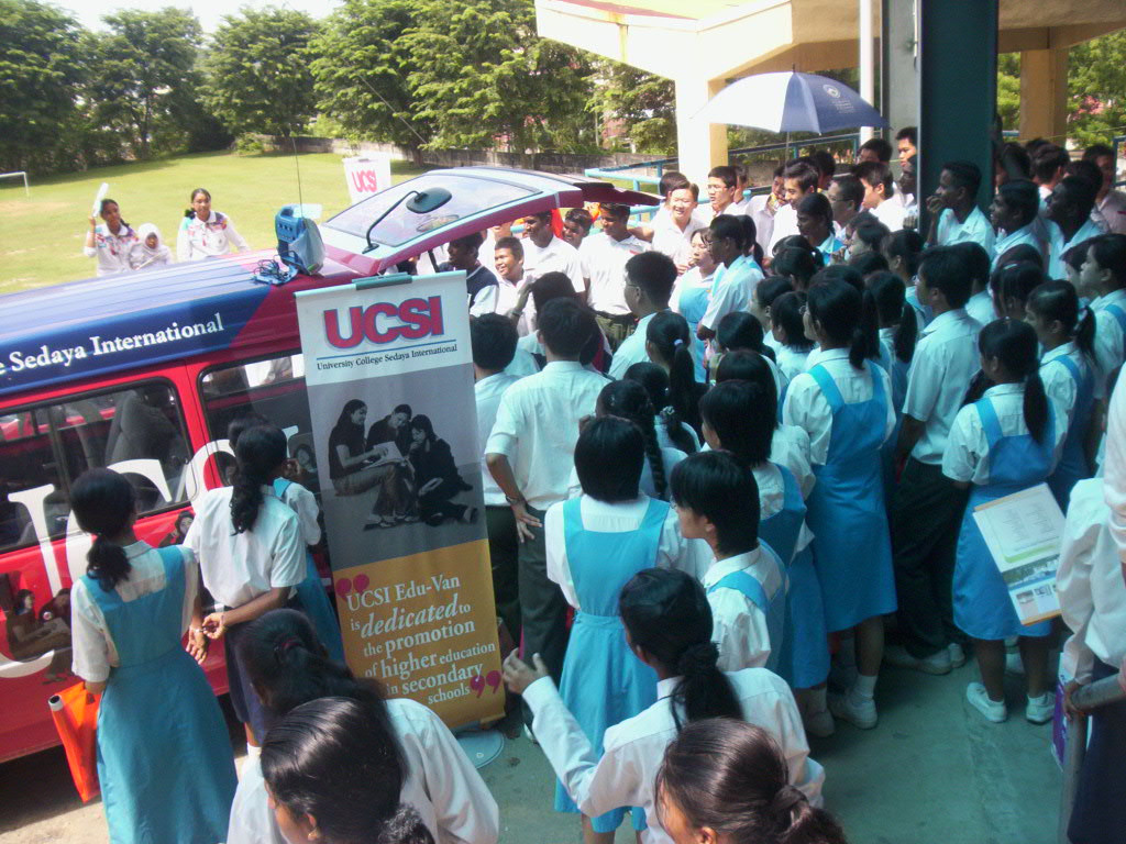 Big crowds of secondary school students comign to meet the EduJays