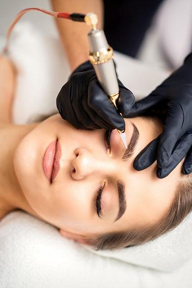 beautician-applying-permanent-makeup-eye